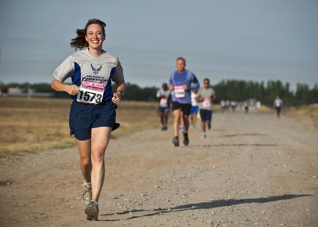 muller correndo nun camiño de terra nunha competición